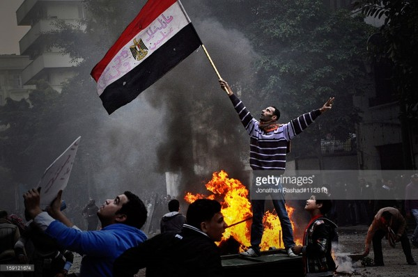 揮舞埃及國旗的抗議者。圖片來源:http://www.gettyimages.com/detail/news-photo/protester-waving-the-egyptian-flag-as-the-army-soldiers-news-photo/159121674